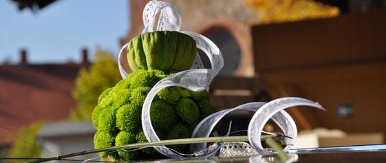 Blumendekoration für das Hochzeitsauto Grün