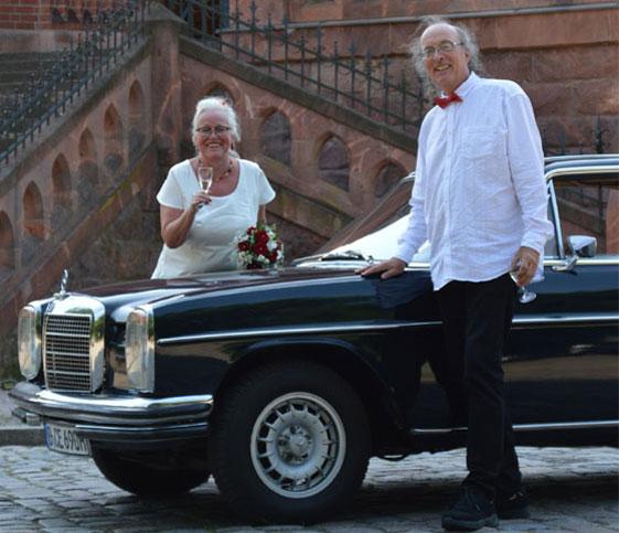 Brautpaar Brockmann mit dem Oldtimer